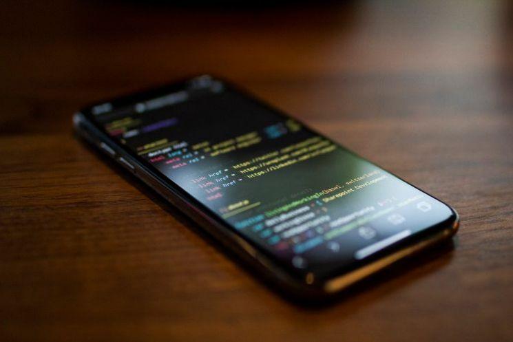 smartphone con codice programmazione