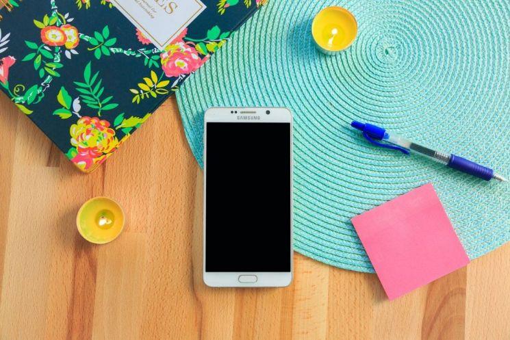 Smatphone Samsung circondato da oggetti