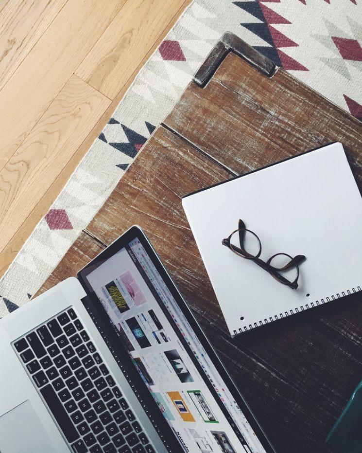 Computer con occhiali e taccuino