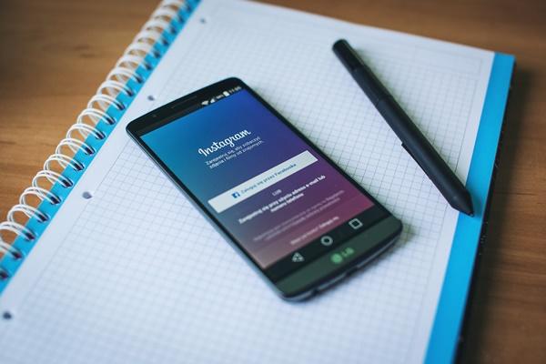 smartphone con Instagram