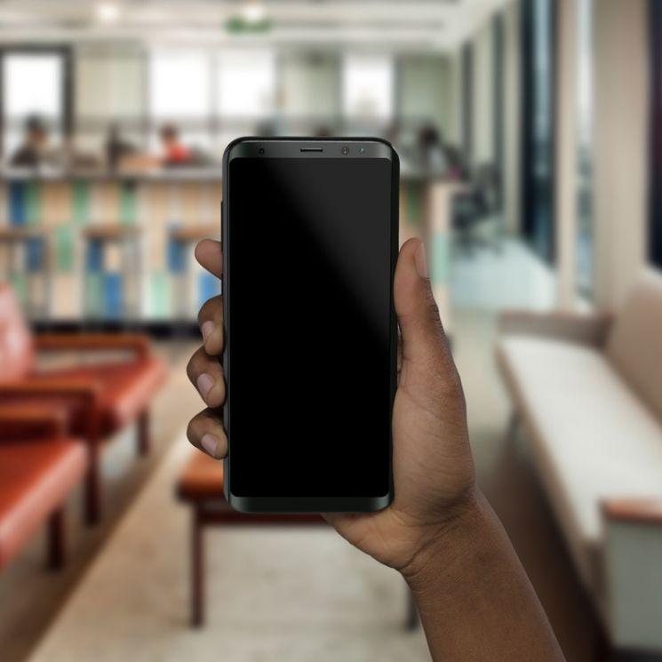 mano con smartphone