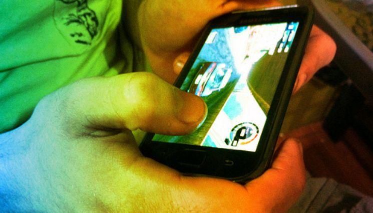 mano colorata con smartphone