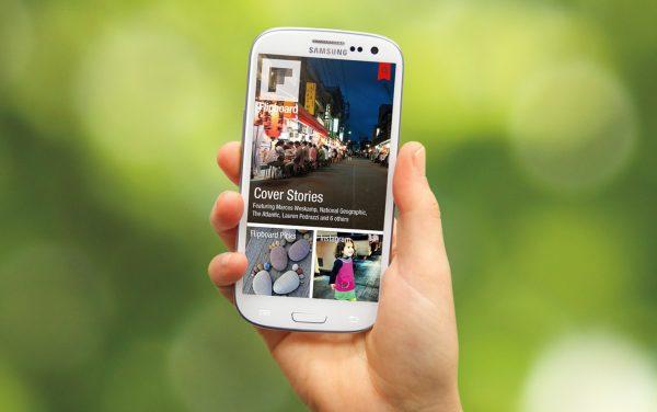 mano con smartphone ed app