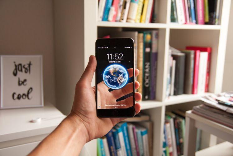 Smartphone con libreria sullo sfondo - realtà aumentata
