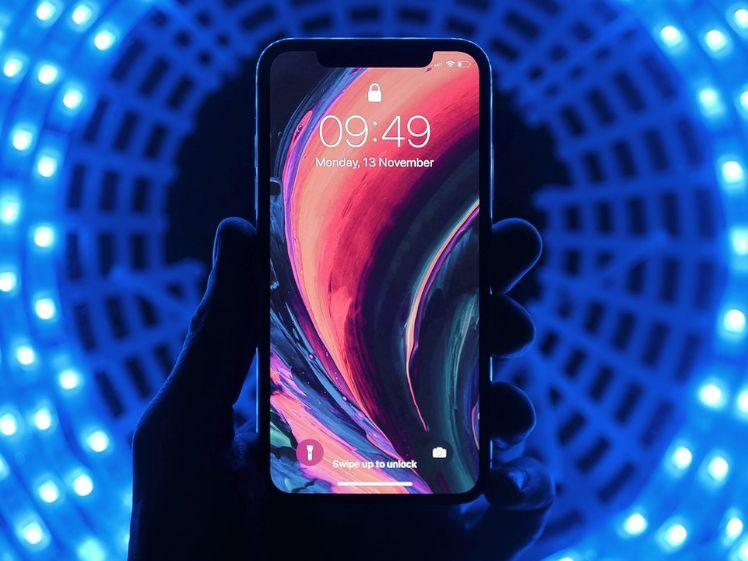 Smartphone con sfondo blu - realtà aumentata