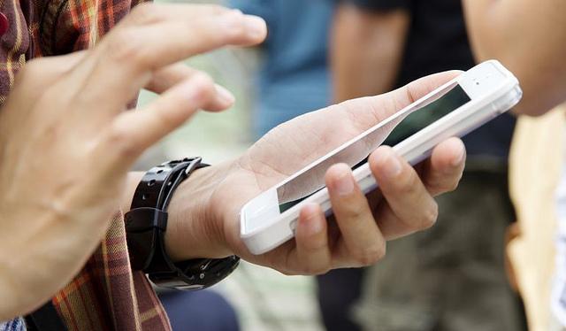 mani con smartphone bianco