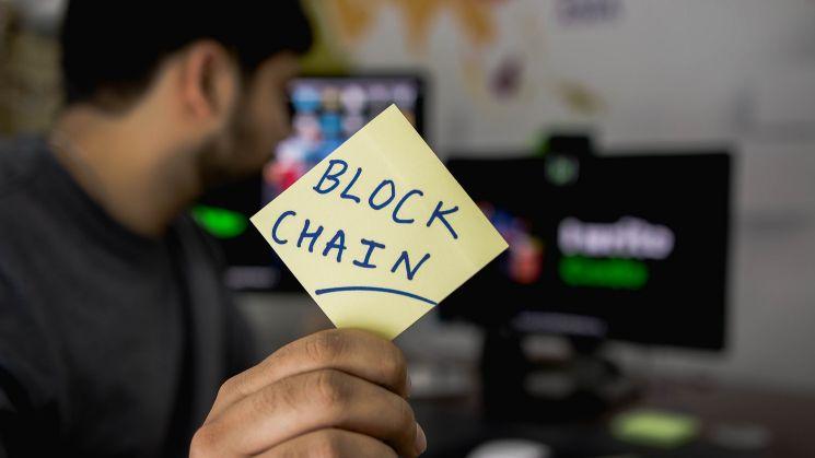 Post-it con scritta Blockchain - blockchain