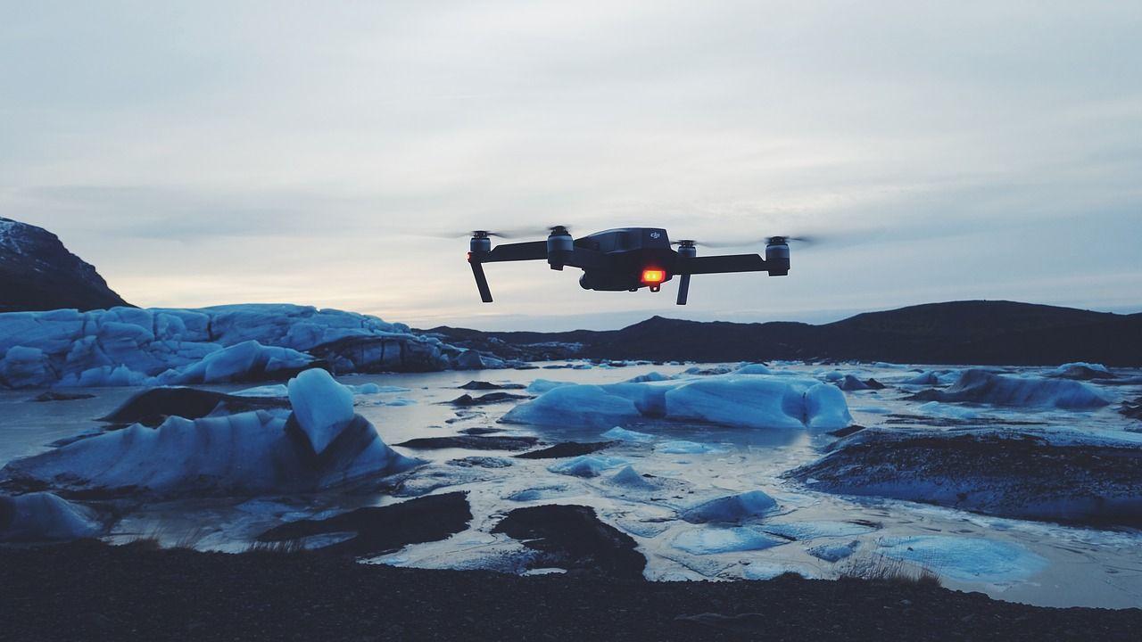 Drone tra icebergs