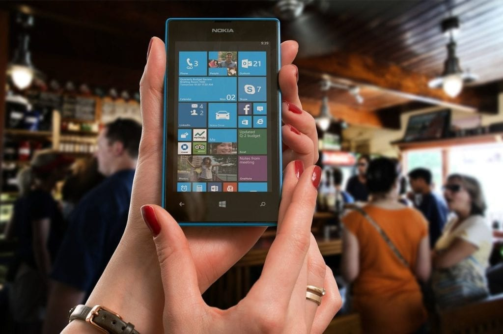 mani con smartphone windows