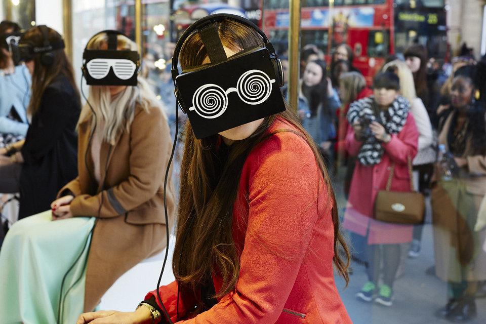 ragazze con dispositivi di realtà aumentata