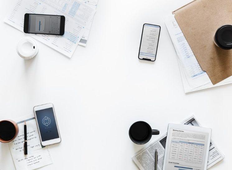 smartphones ed oggetti su tavolo