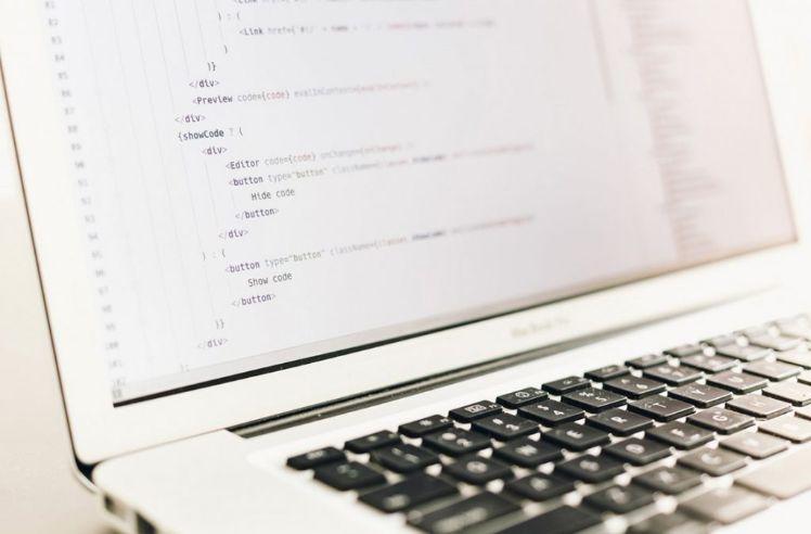 computer con codici HTML