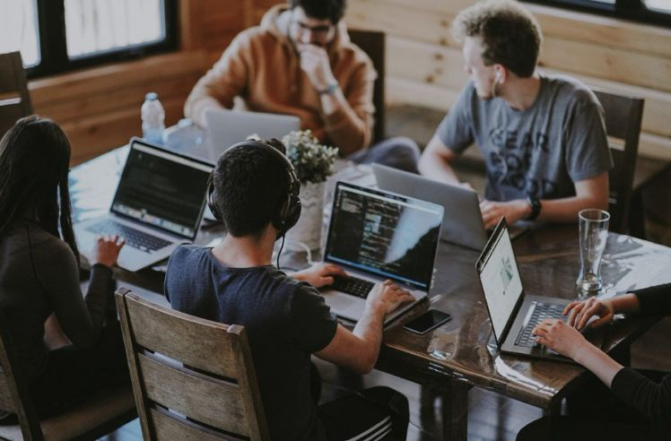 persone riunite con computers
