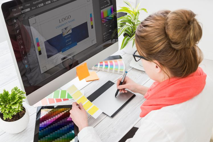 persona disegnando logo al computer