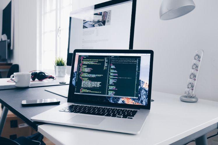 laptop su scrivania