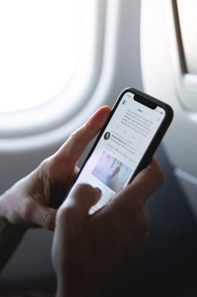 persona usando Twitter su smartphone