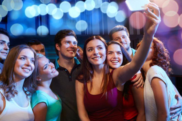 Teenager facendosi un selfie