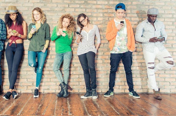 persone usando smartphones