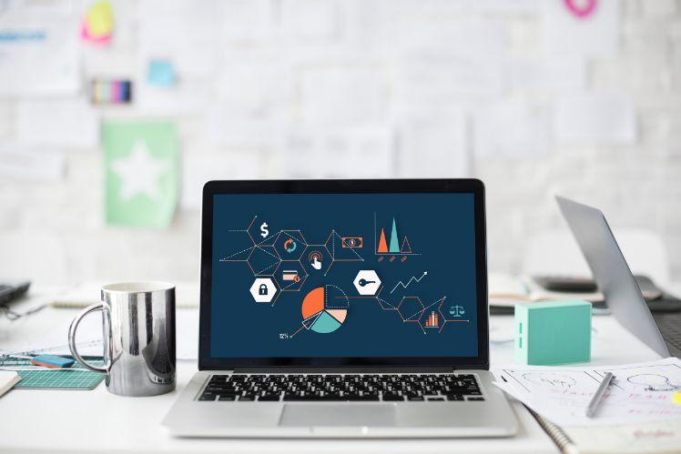 portatile su scrivania con grafici