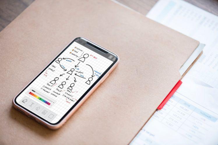 smartphone su quaderno con disegno