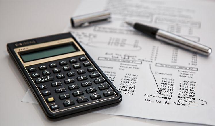 calcolatrice e foglio con calcoli