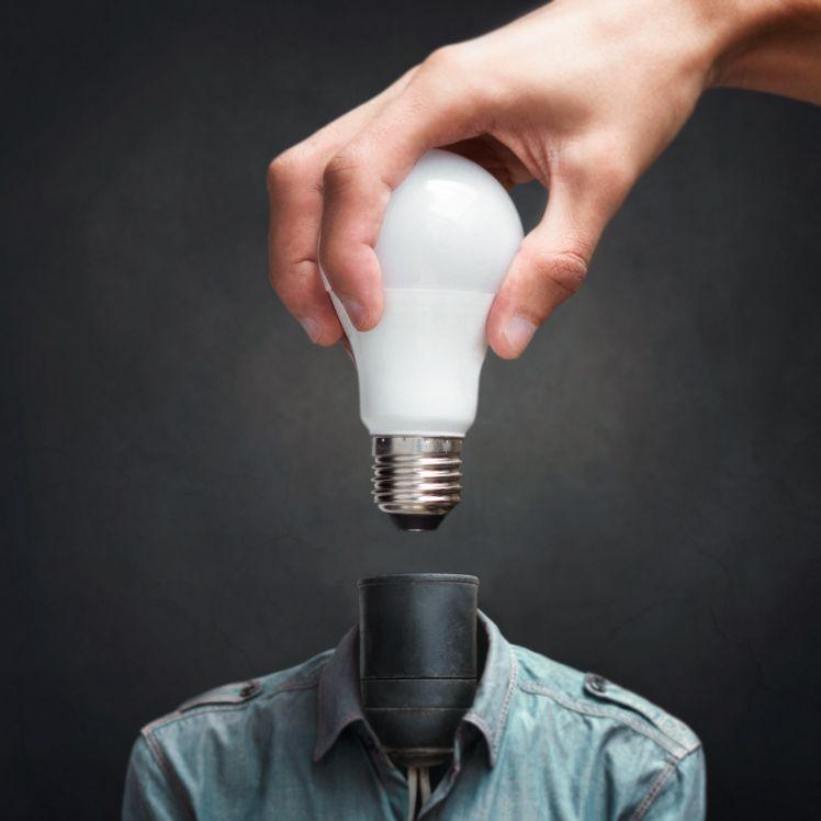 mano con lampadina