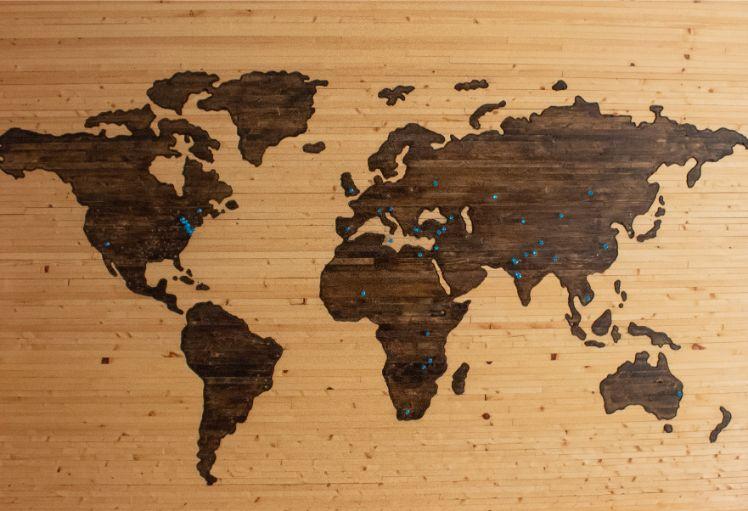mappa del mondo su legno