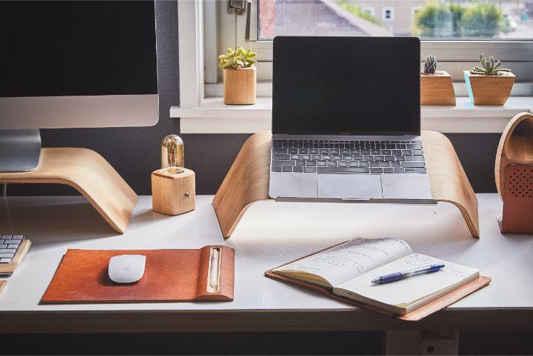 tavolo con vari computer ed oggetti