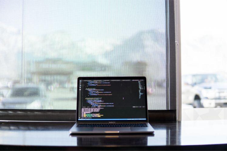 laptop su scrivania con finestra