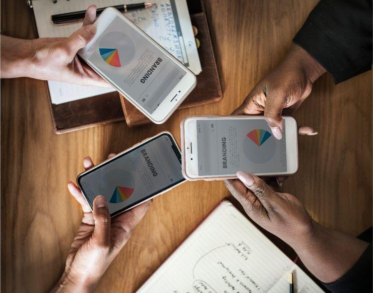 persone con smartphone e schermata branding