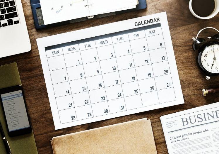 calendario ed oggetti su scrivania