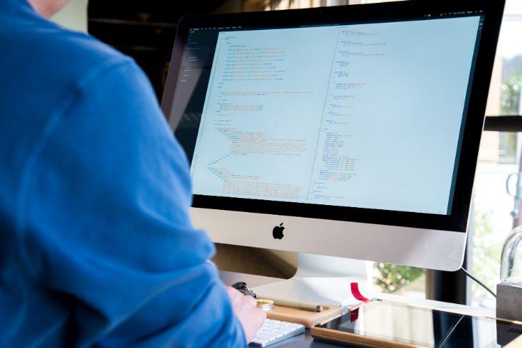 persona al computer con codice programmazione