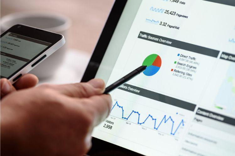 mano con penna indicando grafico su pc
