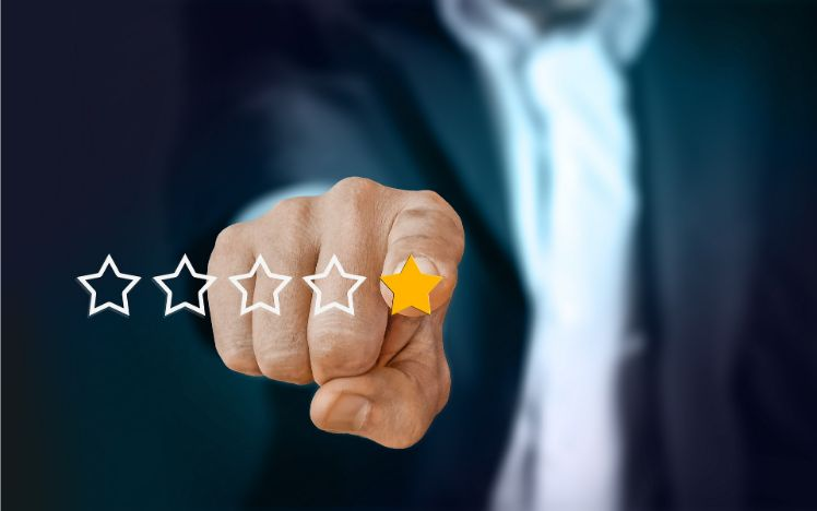 mano con recensione cinque stelle