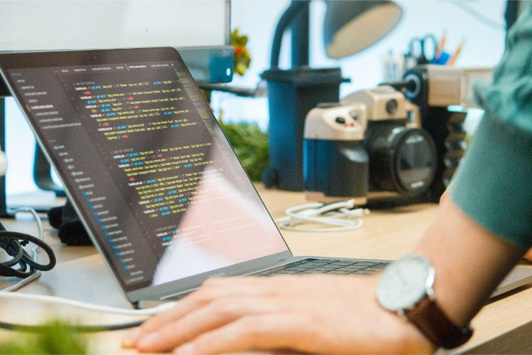 mani su tavolo con computer