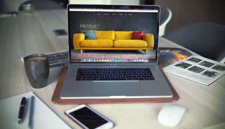 laptop su tavolo con schermata prodotto