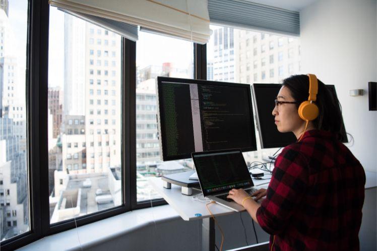 persona con computer davanti a finestre