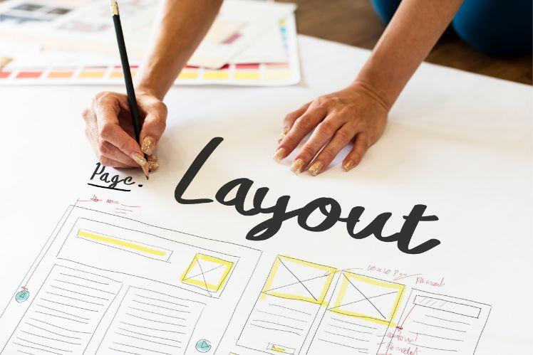 mani disegnando layout su foglio