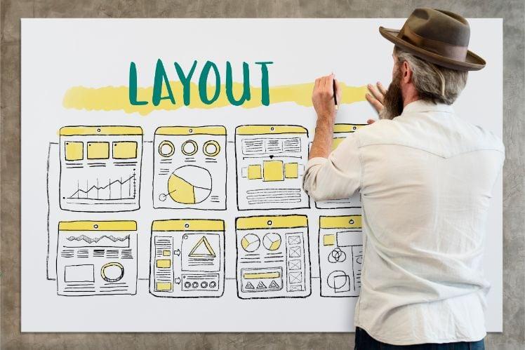uomo che disegna layout su lavagna