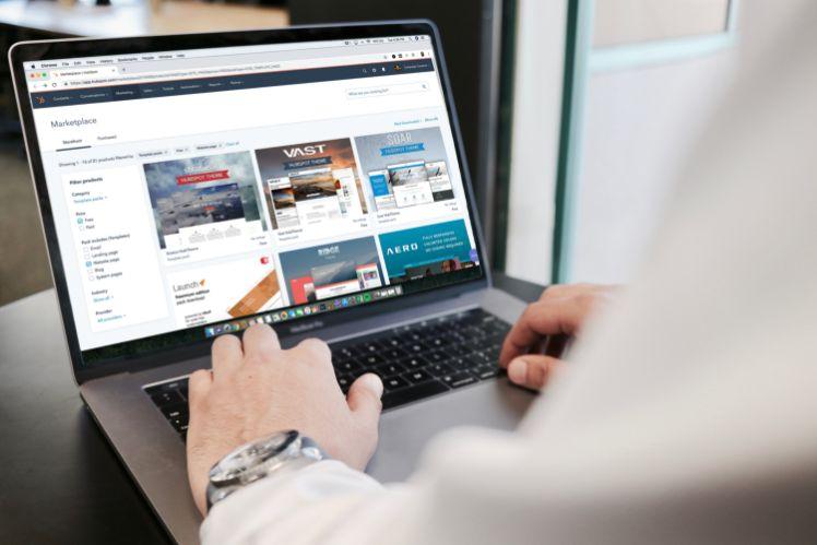 persona lavorando con laptop