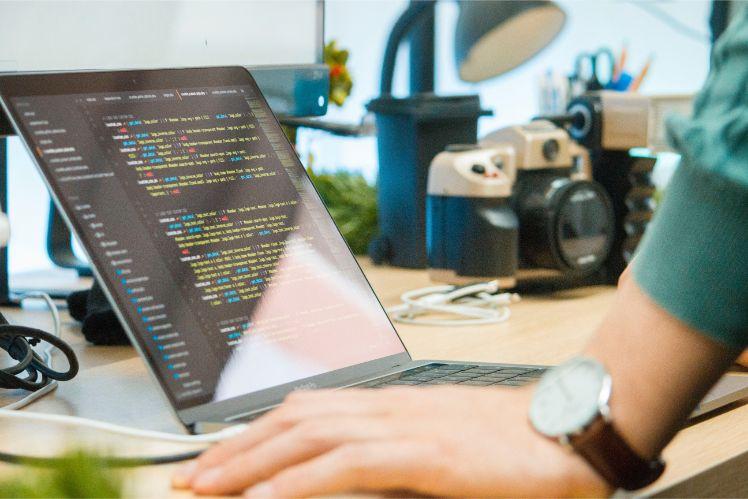 computer con codice programmazione