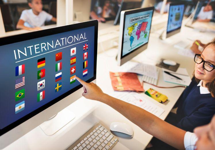bambino su pagina web internazionale