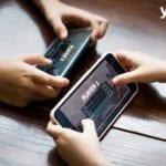 Persone giocando a videogioco su smartphone