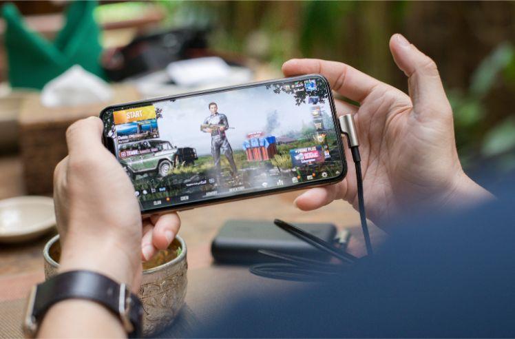 Persona giocando su smartphone