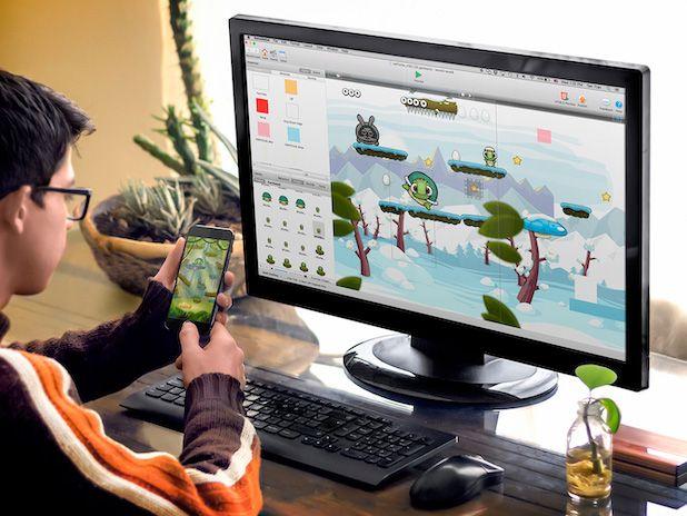 persona con gioco su computer e smartphone