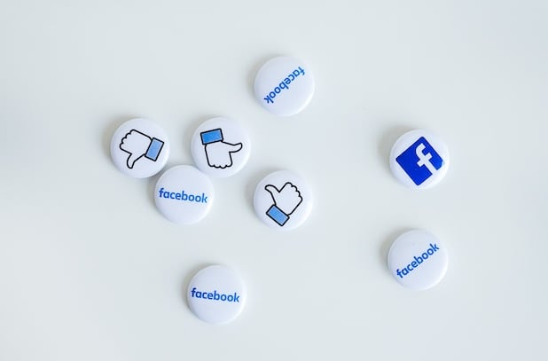 pins con likes e logo facebook