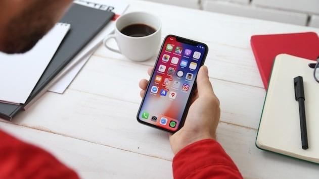 mano con iPhone