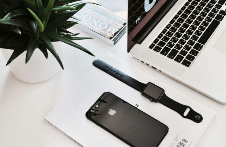 smartphone, smartwatch e laptop su scrivania