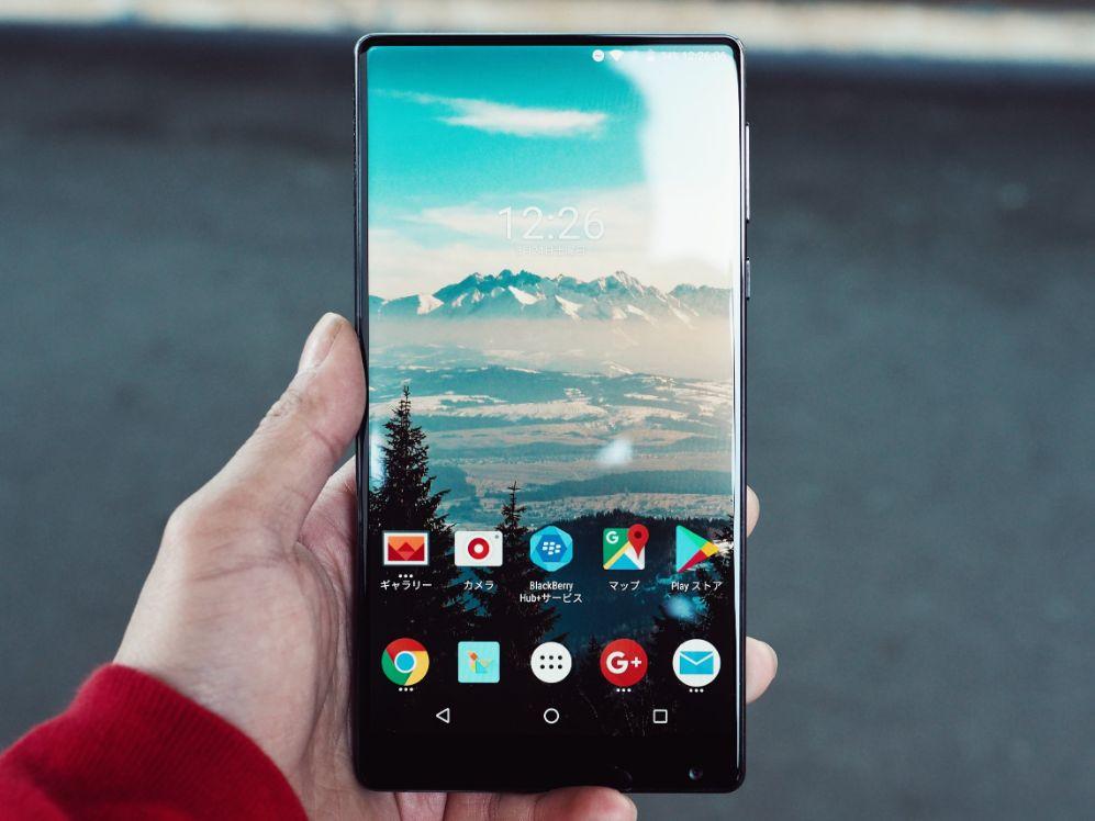 mano con smartphone Android acceso