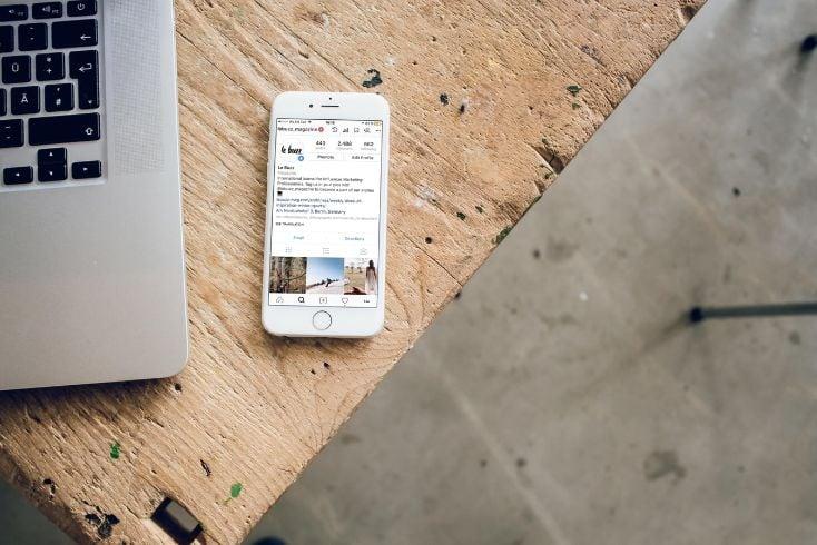 tavolo con sopra smartphone
